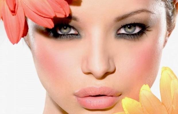 mujer-con-flores-maquillada