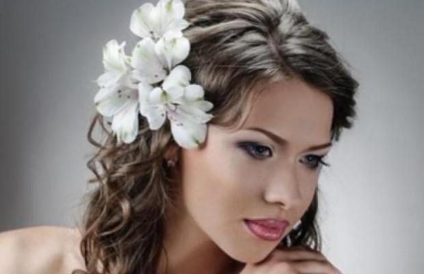 причёска с цветами