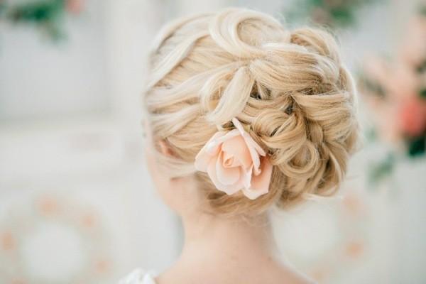 свадебные причёски с цветами 2