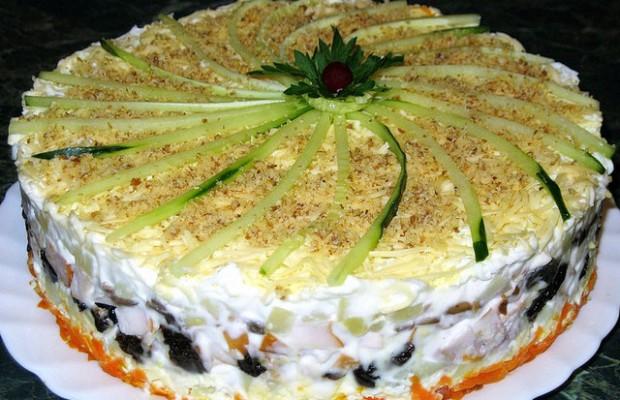 sloenyj-salat-s-kopchenoj-kuricej