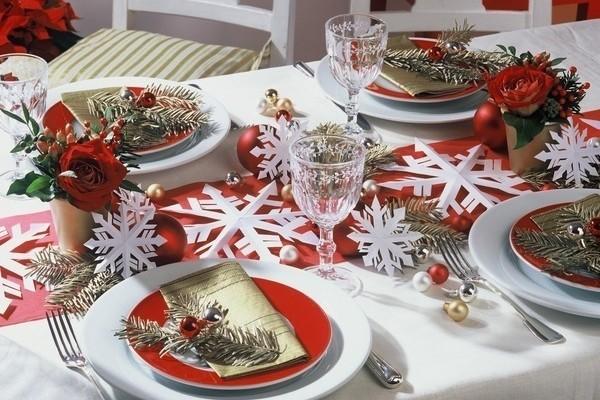 Festlicher Weihnachtstisch mit Deko aus Papier-Schneesternen